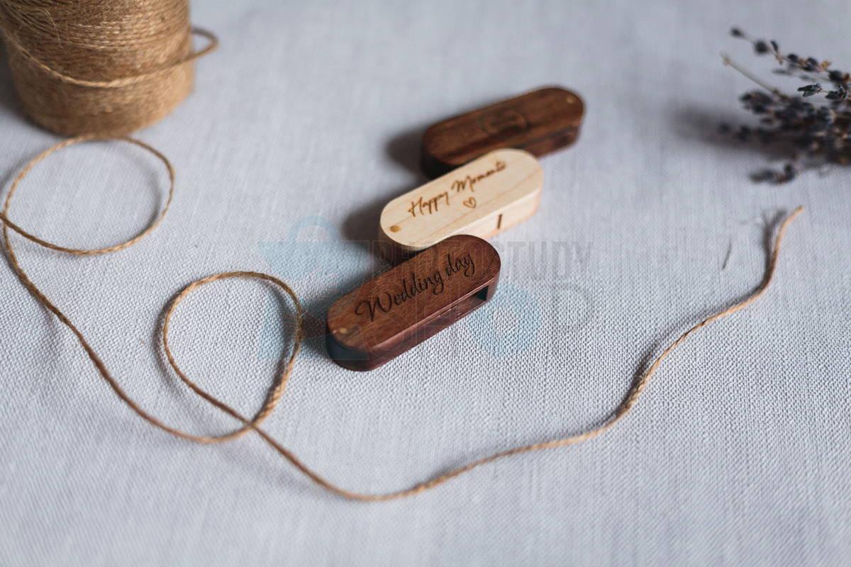 Откидная деревянная флешка с гравировкой логотипа