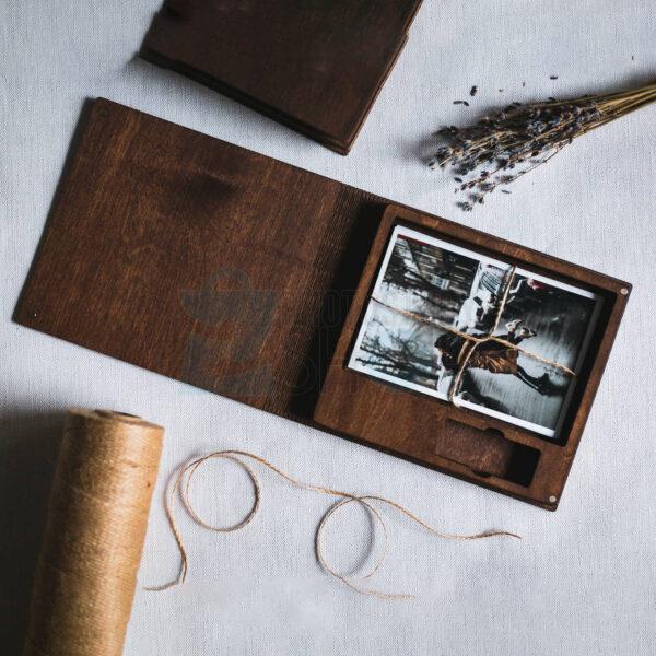 Темная деревянная коробка для флешки и фото 10х15